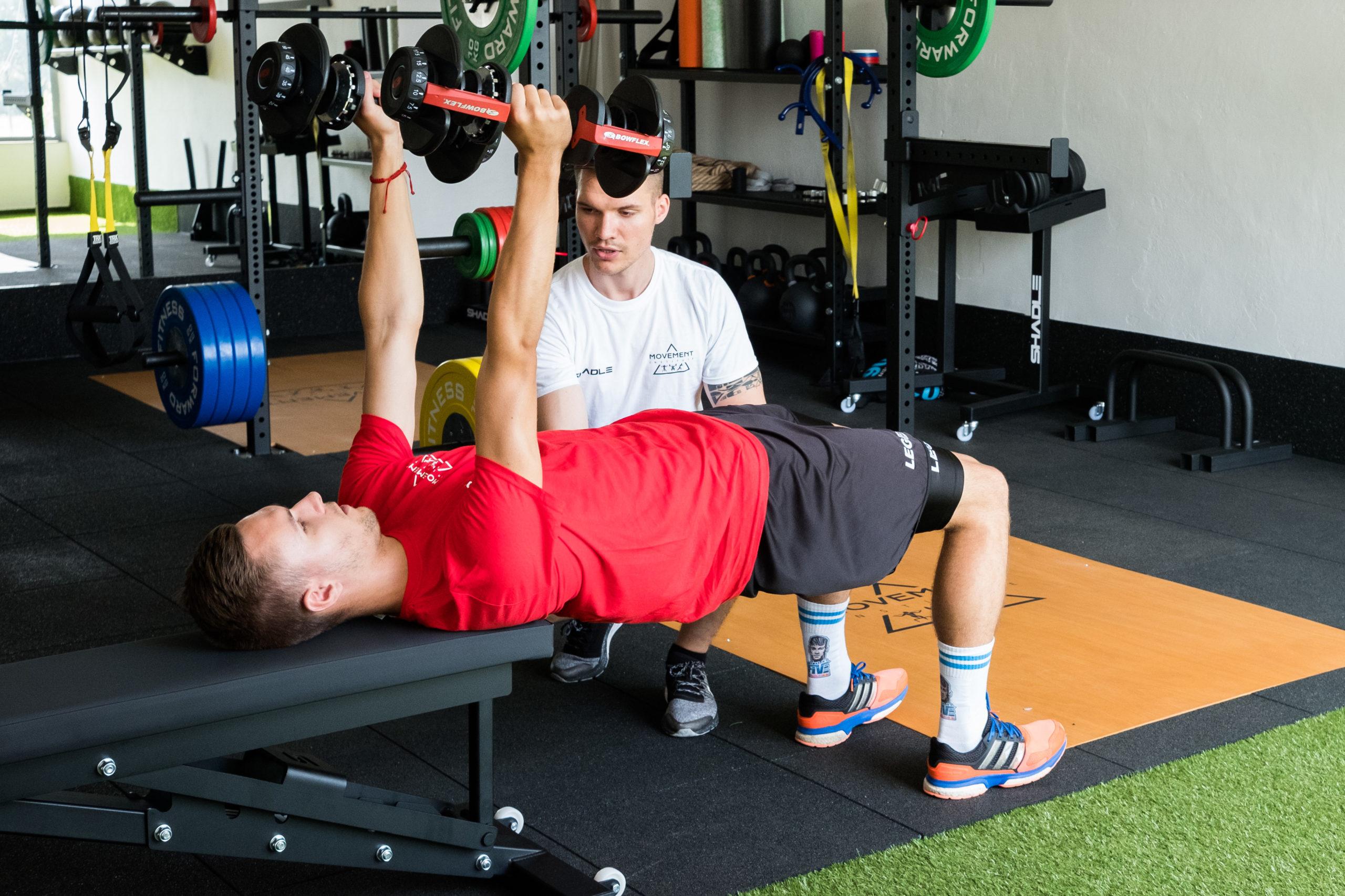osobný tréner fitness centrum technika cvičenia tlak na lavičke futbalista výbušnosť športový výkon Movement institute