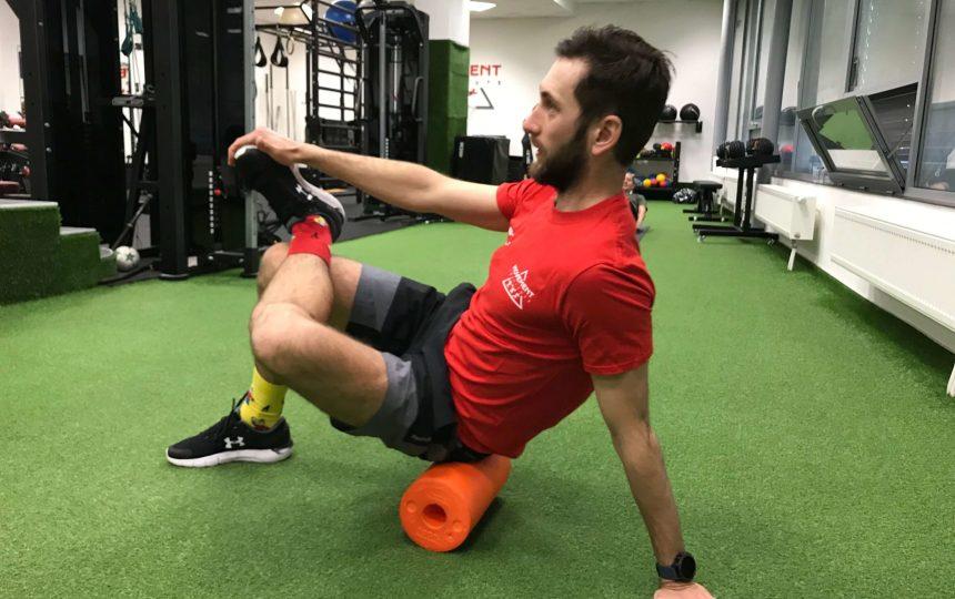 Rozcvička - rollovanie sedacích svalov na penovom valci.