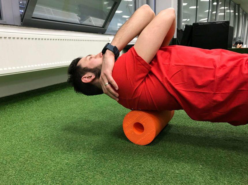 Rozcvička - rollovanie svalov chrbta na penovom valci.